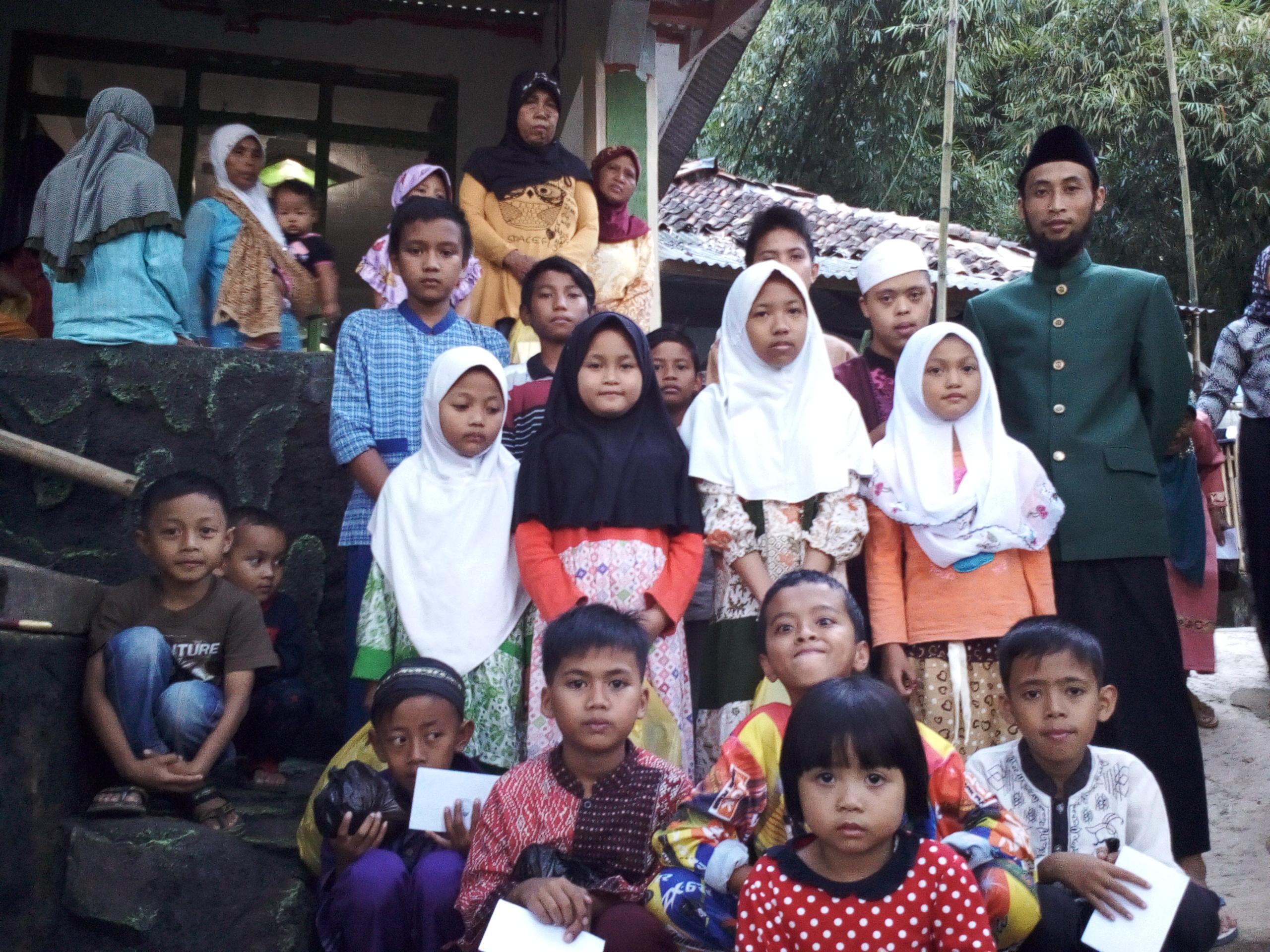 foto bersama Anak Yatim & Pengurus Yayasan wadhi barkah