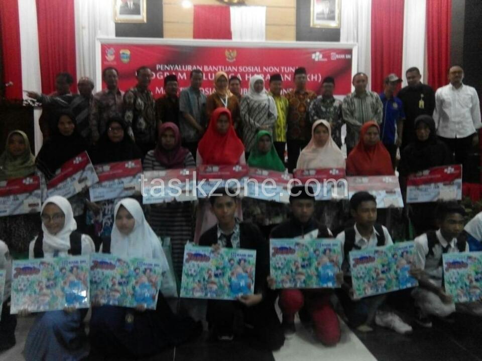 Bupati Tasik Dampingi Mensos Dalam Penyaluran PKH
