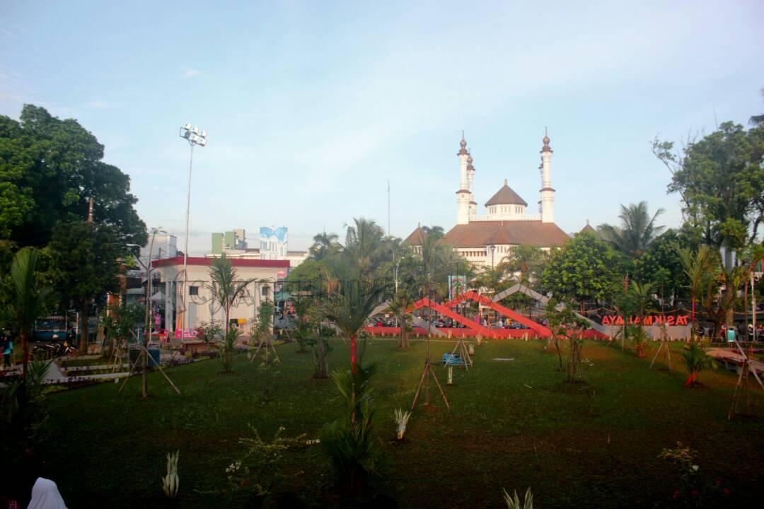 Pelaku Usaha Mikro Tuntut Berdagang Di Taman Kota