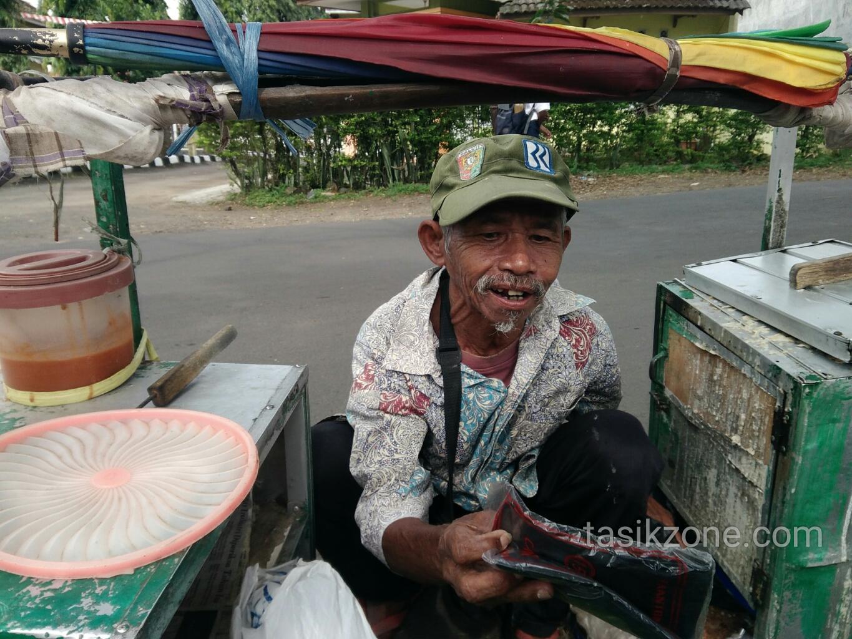 Pedagang Bandros Asal Tasikmalaya