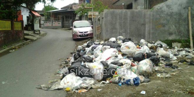 Sebulan Tak Diangkut, Sampah Di Singaparna Dikeluhkan Warga