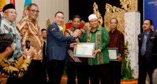 Bupati Sabet Penghargaan Lencana Adhitya Karya Mahatva Yodha