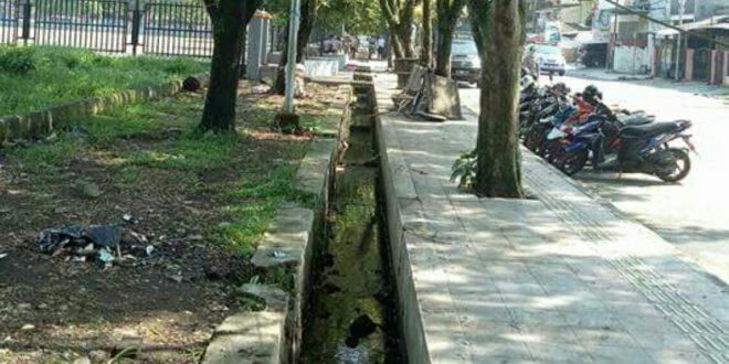 Trotoar Lapang Upacara Dadaha Bersih dari PKL