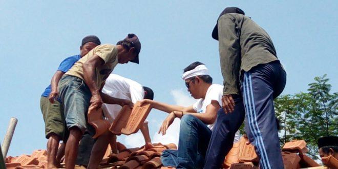 Di Tasik Dedi Mulyadi, Gotroy Perbaiki Rumah Ustad