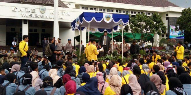 Mahasiswa Geruduk Balai Kota, Tuntut Kesejahteraan Guru Honorer