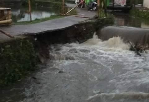 Akses Jalan Lingkungan Penting Di Desa Sukamulya, Hampir Putus Akibat Luapan Air Sungai