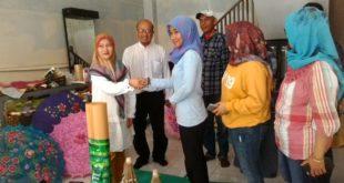 Berikan Bahan Baku Payung Geulis, BDC Konsisten Bina Kelompok Swadaya Masyarakat