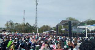 Meksi Dibawah Terik Matahari Jemaah Ustadz Abdul Somad Tetap Padati Lapang Jamilega