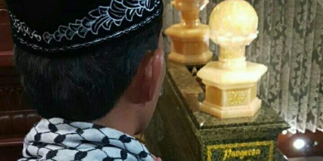 Sebelum Tausiah Ustadz Abdul Somad Ziarah Ke Makam Abah Anom