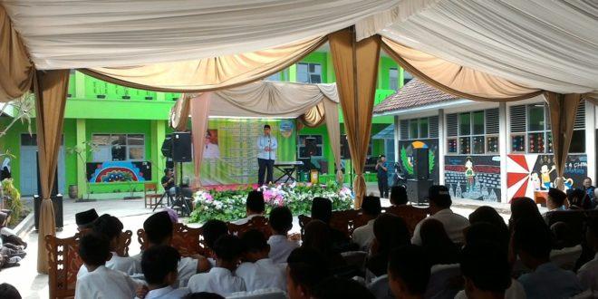 Walikota Tasik Berikan Bantuan Perelengkapan Sekolah Kepada Siswa SMP Kurang Mampu