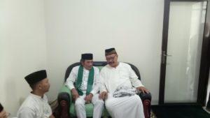Rhoma Irama beserta Dindin Kamaludin sedang duduk Bersama Sebelum Tabligh Akbar dimulai