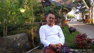 Pemilik Rumah Makan Dapoer Batu Gulung Andi Maulana S.Sos saat diwawancara tasikzone.com