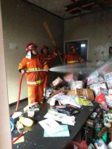 Pemadam Kebakaran Melakukan Pemadaman di gudang Elektronik