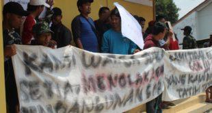 Diduga Ada Penyelewengan Dana Pembangunan GOR, Warga Sukasetia Demo Kantor Desa