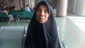 Ma Emeh Saat ditemui tasikzone.com di salah satu Rumah Sakit Swasta untuk di cek pendengarannya senin (28/10/2019). ket foto : ibye