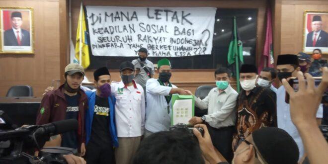 Keadilan Sosial Belum Tercapai Di Kota Tasik, Mahasiswa Tasikmalaya Gelar Sidang Rakyat Di Gedung Paripurna DPRD