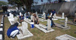 H Agus Jamaludin Kabid Jaminan Sosial Dinsos Kota Tasik bersama Tagana Kota Tasikmalaya dalam pengecetan Taman Makam Pahlawan