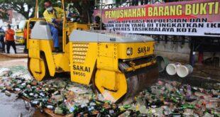Jelang Tahun Baru, Ribuan Botol Miras & Petasan Dimusnahkan Polres Tasikmalaya Kota