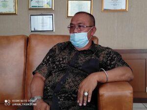 Kepala Dinas DPMPTSP Kabupaten Tasikmalaya H Nana Heryana saat ditemui awak media diruang kerjanya, kamis (21/1/2021)