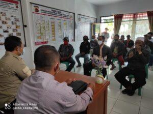 Warga Kampung Neglasari Desa Cibatuireng Datang Bersama Kuasa Hukum Melaporkan Kepala Desa Kepada Polsek Karangnunggal
