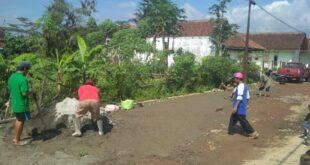 Pemkab Tasikmalaya Dianggap Slow Respon, Kini Masyarakat Swadaya Perbaiki Jalan
