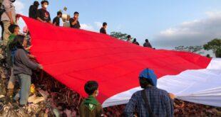 Peringati Kemerdekaan RI Ke 76, Bendera Merah Putih Raksasa Dibentangkan Di TPA Ciangir