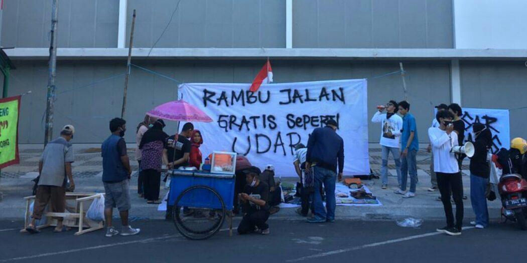 Aksi Protes PPKM Level 3 Dengan Membuka Pasar Gratis